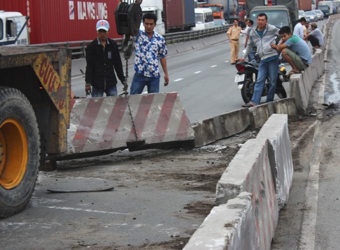 Bê tông dải phân cách bị xe container húc văng, gây khó khăn cho các phương tiện khi di chuyển