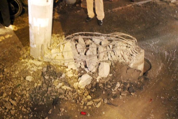 Xe tải đâm nát cột điện, 2 người nhập viện