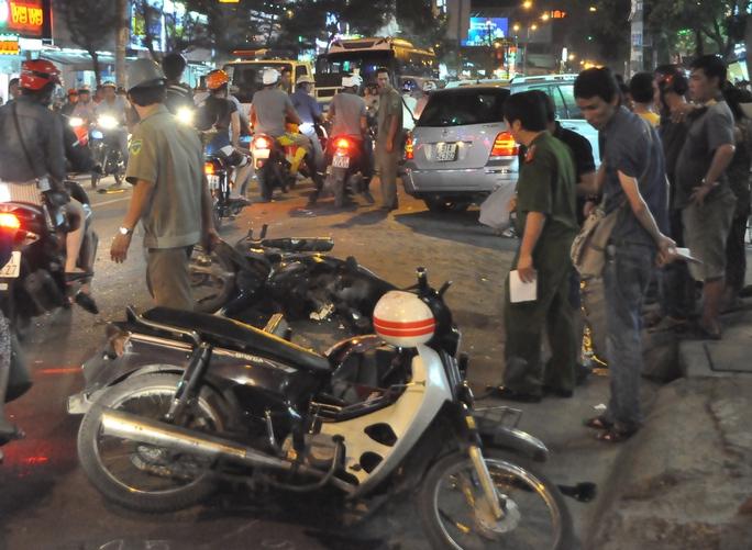 Xe máy nằm la liệt trên đường