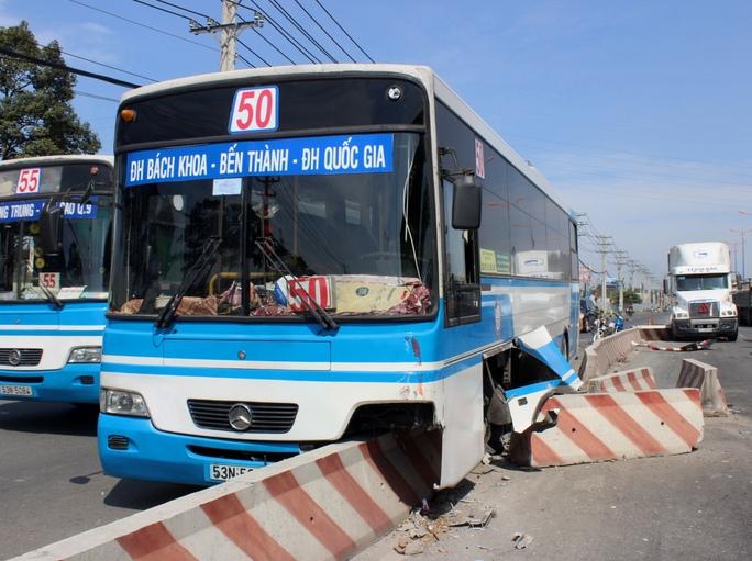 Xe buýt chở sinh viên hất tung dải phân cách, xa lộ Hà Nội kẹt cứng