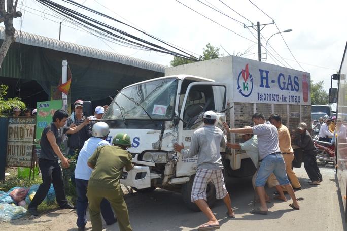 Cảnh sát giao thông cùng người dân đẩy xe tải vào lề đường