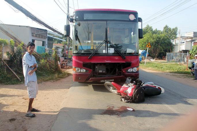 Phóng với tốc độ nhanh xe máy anh Hưng đối đầu với xe buýt khiến anh nguy kịch
