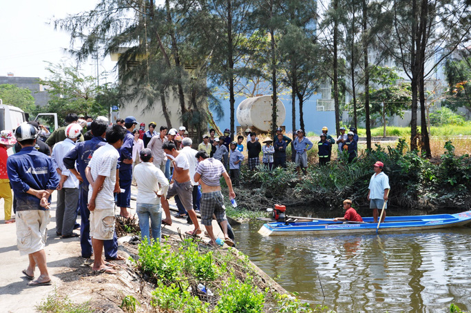 Công nhân vệ sinh có mặt đưa xác nạn nhân lên bờ và chuyển về bệnh viện để khám nghiệm tử thi