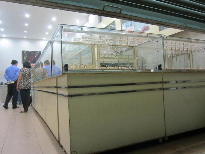 Tủ kính bị tên cướp dùng búa đập vỡ để cướp vàng.