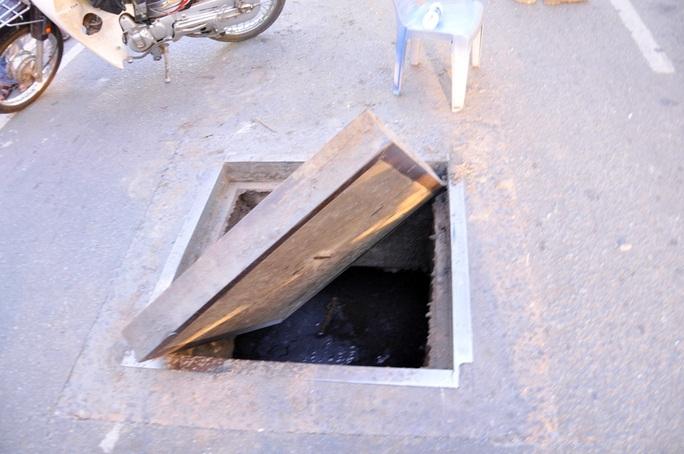 Lực nổ kinh hoàng làm tấm nắp cống nặng khoảng 100 kg bị hất tung lên khỏi mặt đường.