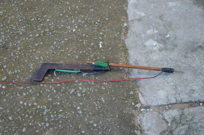 Tang vật là khẩu súng điện tự chế được công an thu giữ.