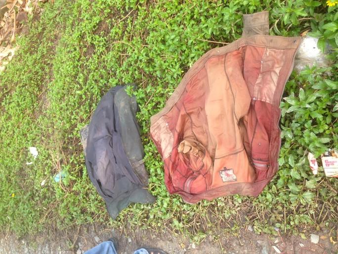 2 chiếc áo được công an tìm thấy
