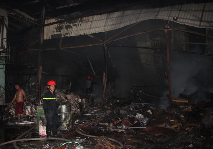 Cháy lớn lúc nửa đêm, hơn 1.000 m2 kho hàng bị thiêu rụi