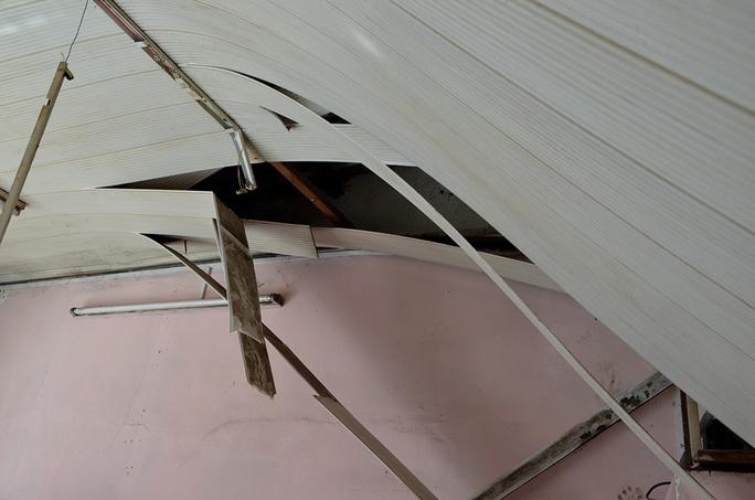 Vết thủng trên trần nhà do trộm gây nên