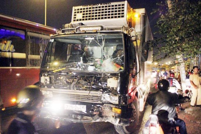 Phóng nhanh, chiếc xe tải mất lái đâm nát cột điện trung thế 15KV khiến một số khu vực ở quận Bình Tân mất điện