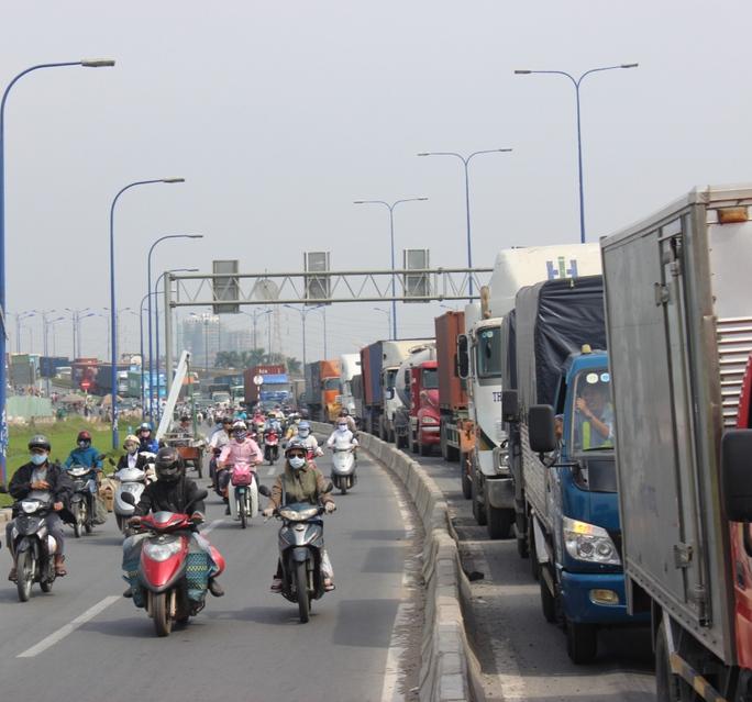 Giao thông trên xa lộ Hà Nội hướng lên trung tâm TP ùn tắc kéo dài.