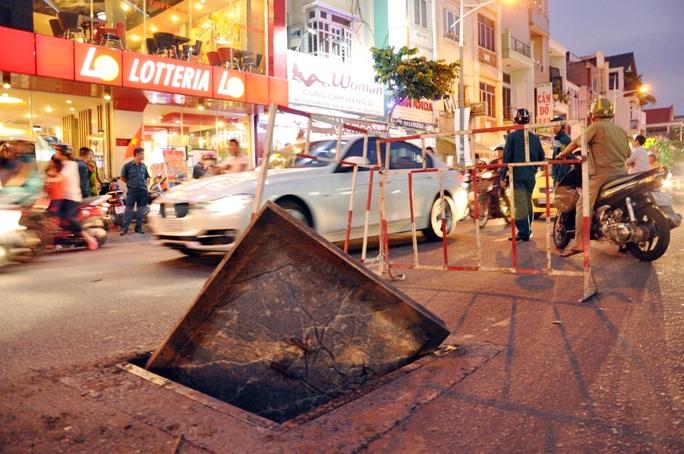 Khi vụ nổ xảy ra, một chiếc ô tô bốn chỗ vừa chạy ngang qua nên may mắn thoát nạn.