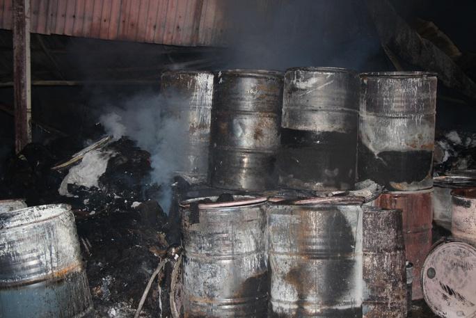 Nhiều thùng phuy cháy sém, méo mó.