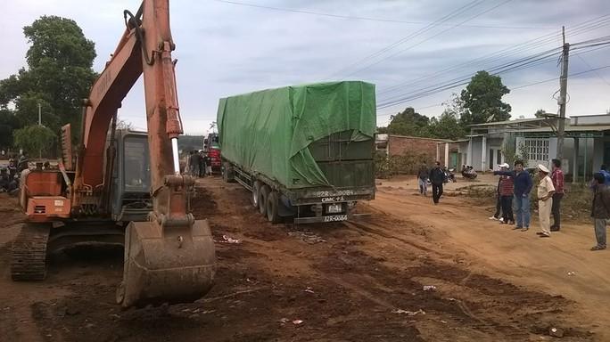 Dùng cả xe múc để cứu hộ xe chở gỗ