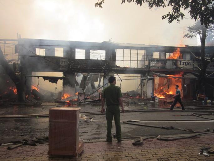 Hơn chục nhà dân bị lửa thiêu rụi hoàn toàn