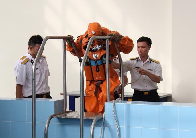 Huấn luyện thoát hiểm của thủy thủ tàu ngầm
