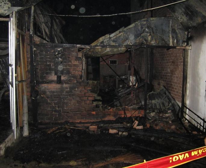Một trong 4 căn nhà bị cháy rụi.