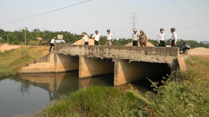 Người dân bức xúc kéo đến lấp miệng cống xả nước thải của KCN Bắc Chu Lai. Ảnh: Sơn Phong