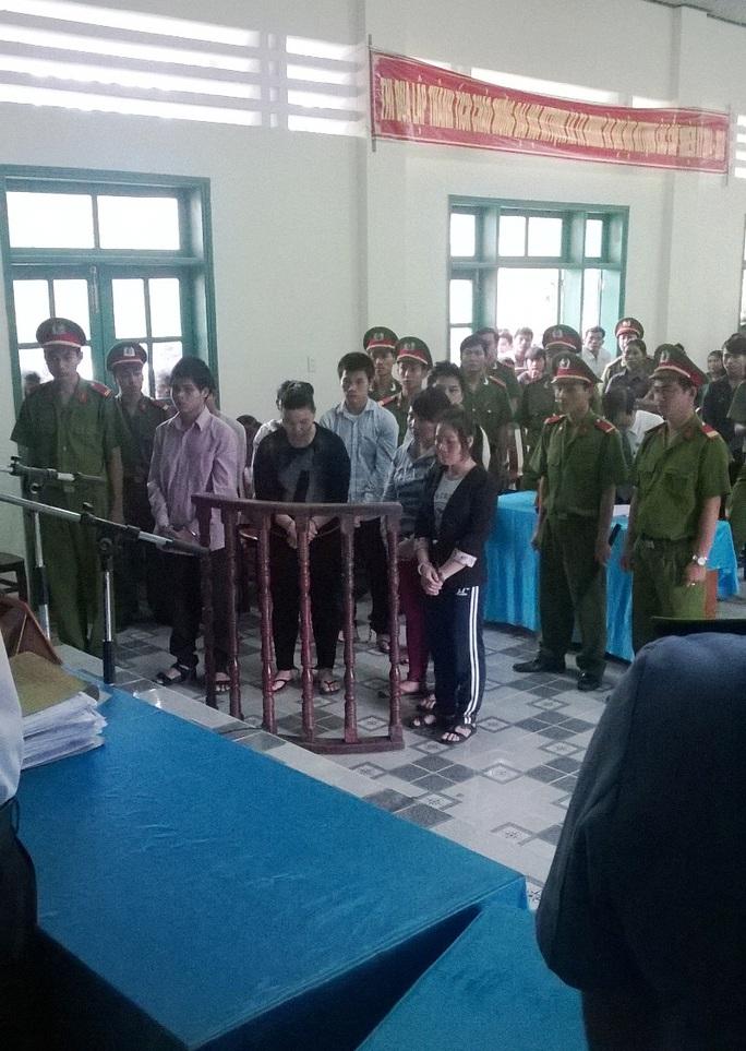 Các bị cáo tại phiên tòa ngày 13-11