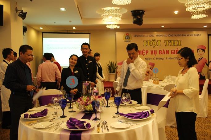 Các thí sinh thi sắp xếp một bàn tiệc cho 5 thực khách theo phong cách Á hoặc Âu