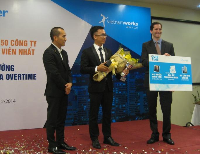 Mai Chí Hữu (giữa) nhận giải thưởng trị giá 1 tỉ từ chương trình Overtime