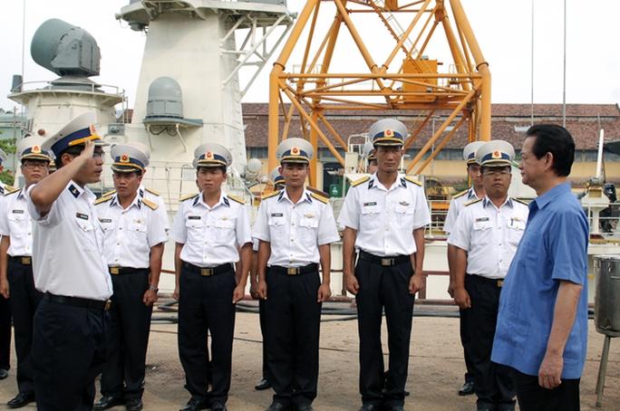 Cán bộ, chiến sĩ nhà máy Ba Son đón Thủ tướng
