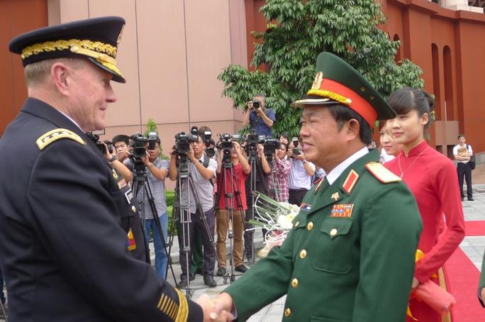 Thượng tướng Đỗ Bá Tỵ, Tổng Tham mưu trưởng Quân đội nhân dân Việt Nam chào mừng Đại tướng Martin Dempsey, Chủ tịch Hội đồng Tham mưu trưởng Liên quân Mỹ và Đoàn đại biểu cấp cao Quân đội Mỹ đến Việt Nam