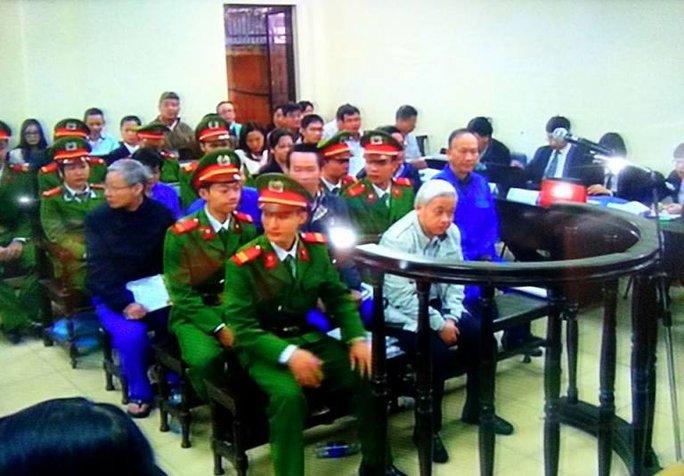 Nguyễn Đức Kiên (bầu Kiên) tại phiên toà sáng 2-12. Ảnh chụp qua màn hình