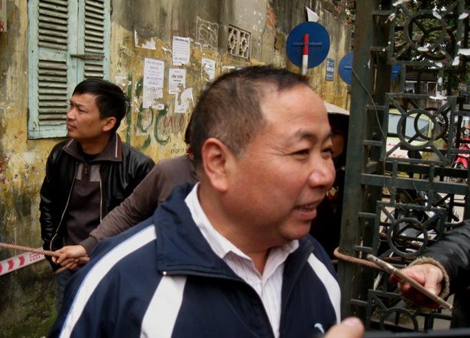 Bác Nguyễn Quốc Toản, người chứng kiến vụ việc, đang kể lại với phóng viên