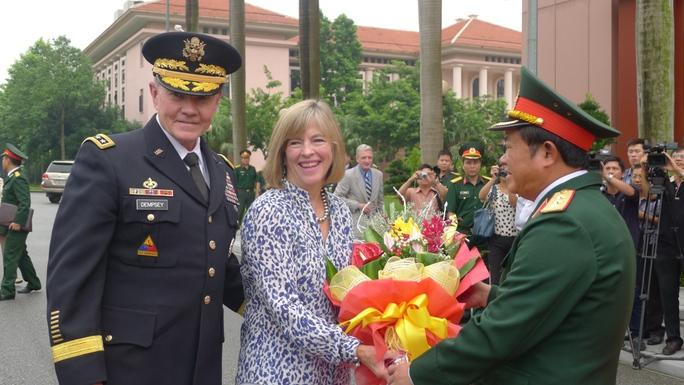 Thượng tướng Đỗ Bá Tỵ, Tổng Tham mưu trưởng Quân đội nhân dân Việt Nam, đón tiếp Đại tướng Martin Dempsey, Chủ tịch Hội đồng Tham mưu trưởng Liên quân Mỹ
