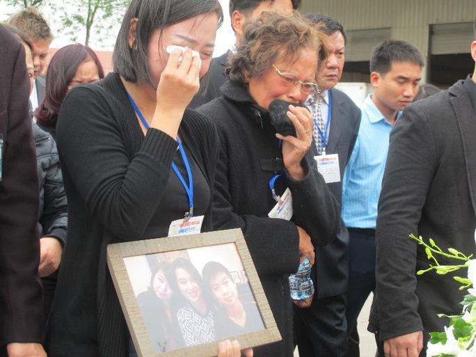 Rơi nước mắt đón di hài 3 mẹ con người Việt trên MH17