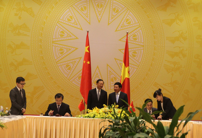Phó Thủ tướng, Bộ trưởng Ngoại giao Phạm Bình Minh và Uỷ viên Quốc vụ Dương Khiết Trì chứng kiến lễ ký kết Biên bản Phiên họp lần thứ 7 Uỷ ban chỉ đạo hợp tác song phương Việt Nam - Trung Quốc