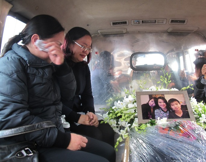 Sau khi làm thủ tục, di hài của 3 nạn nhân được đưa lên xe để về nhà tang lễ Phùng Hưng (Hà Nội)
