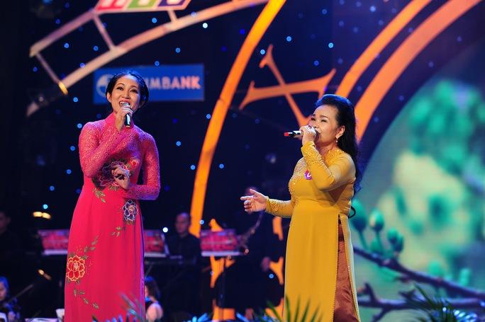 NSƯT Thanh Thúy hỗ trợ thí sinh trong phần song ca.