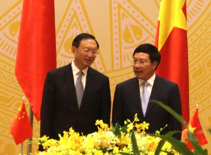 Phó Thủ tướng, Bộ trưởng Ngoại giao Phạm Bình Minh và Uỷ viên Quốc vụ Dương Khiết Trì trò chuyện tại phiên họp