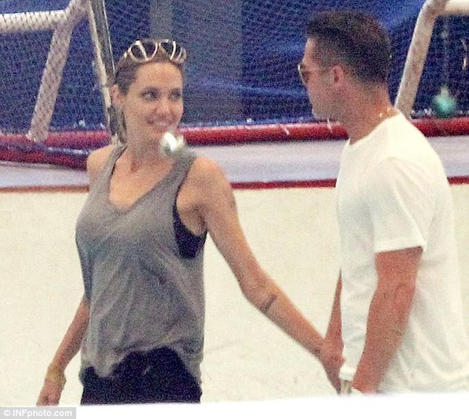 Angelina Jolie và Brad Pitt tay trong tay thân mật