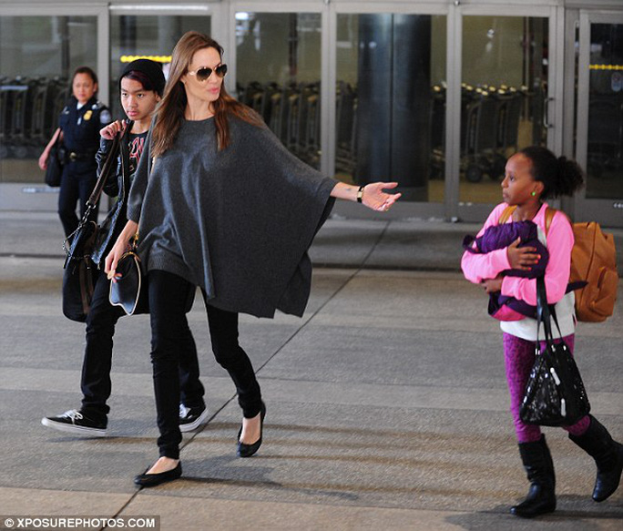 Angelina Jolie cùng 2 con xuất hiện rạng rỡ tại sân bay