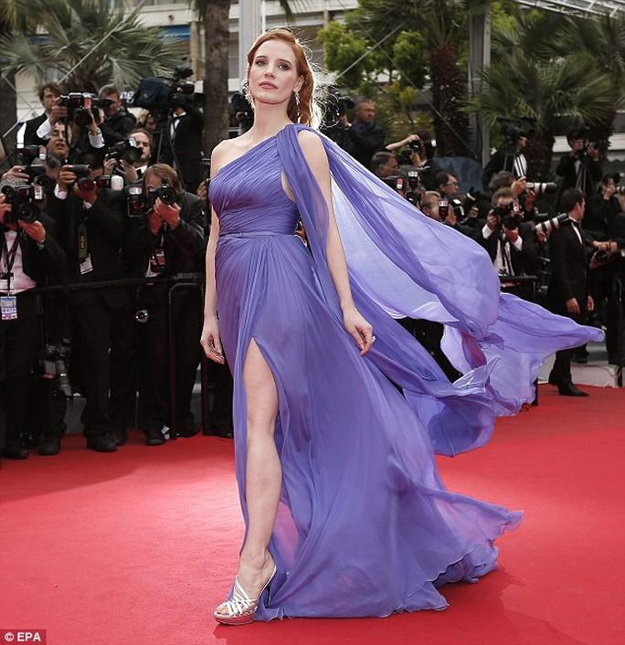 Jessica Chastain chật vật giữ đầm trước gió