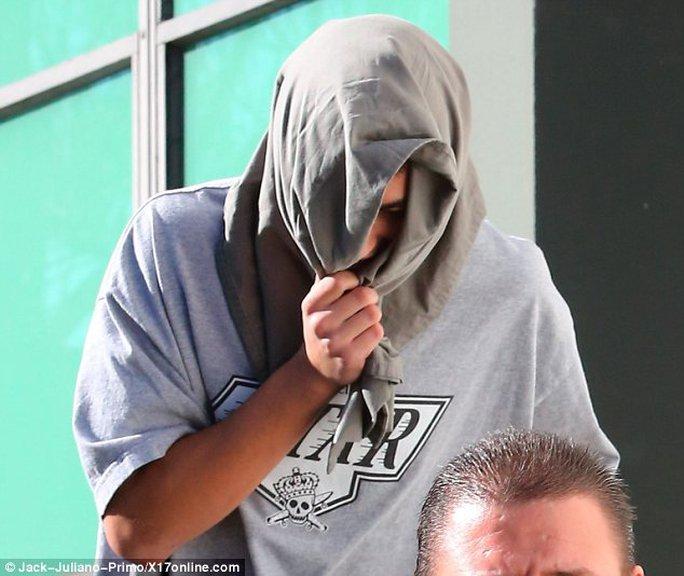 Chàng trai trùm mặt sau khi bị Kanye đấm