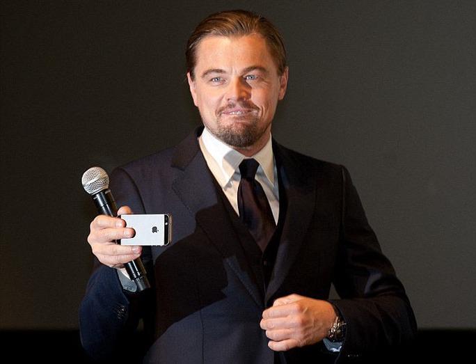 Leonardo DiCaprio trong một buổi họp báo quảng bá phimWolf Of Wall Street
