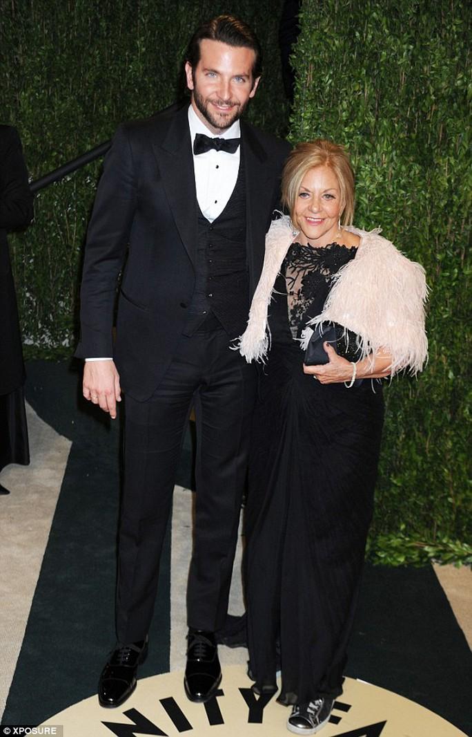 Bradley Cooper vẫn sống với mẹ