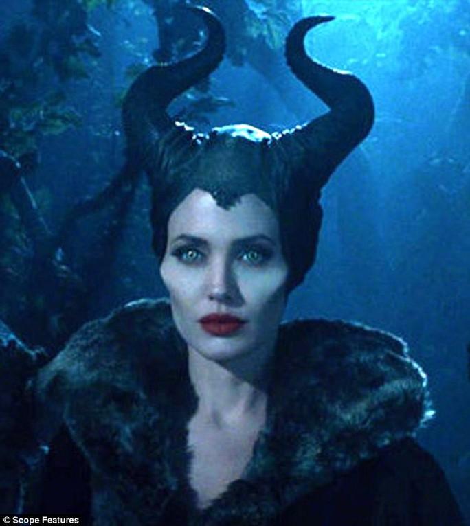 Angelina hóa phù thủy trong phim Maleficent