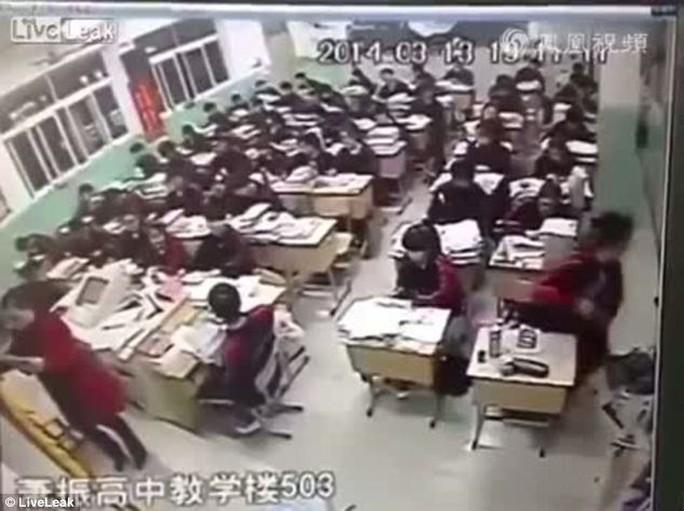 Học sinh tự sát ngồi ở góc phải ảnh