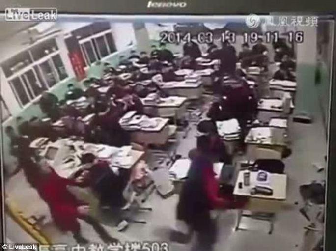 Trung Quốc: Đang học, nam sinh nhảy lầu tự tử