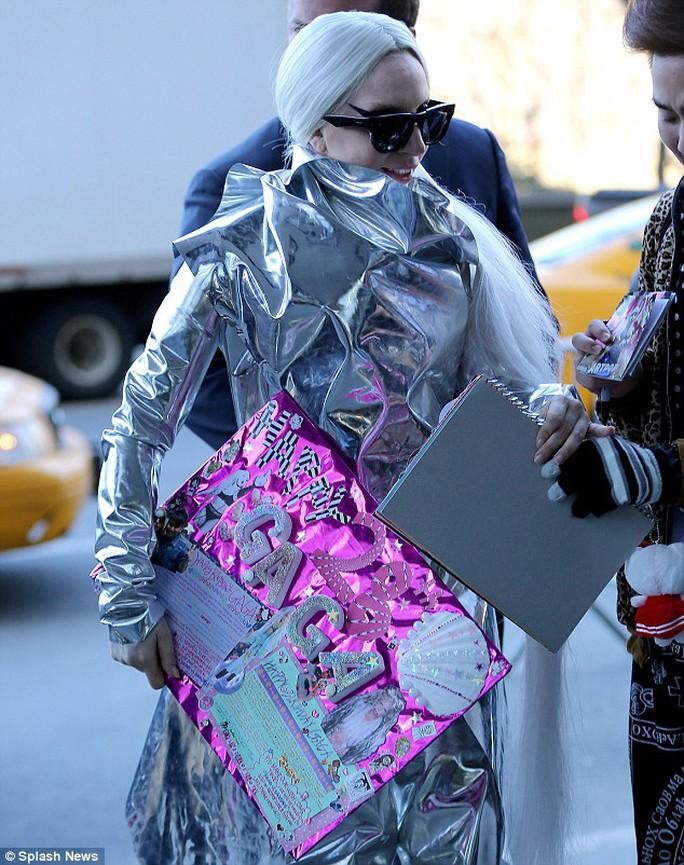 """Lady Gaga trắng """"lóa mắt"""" trên phố"""