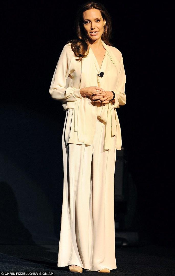 Angelina Jolie gầy gò quảng bá phim mới