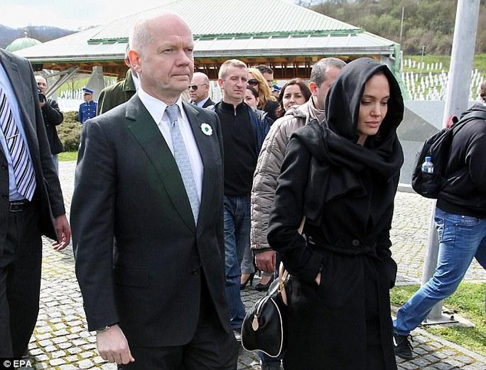 Cô cùng Ngoại trưởng Anh đến thăm nạn nhân chiến tranh và cưỡng hiếp tại Bosnia