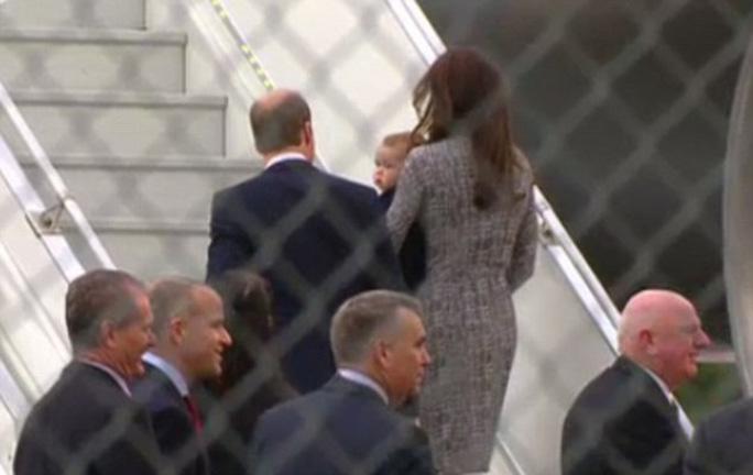 Khoảng 12 người theo hộ tống gia đình hoàng gia. Ảnh: Daily Mail