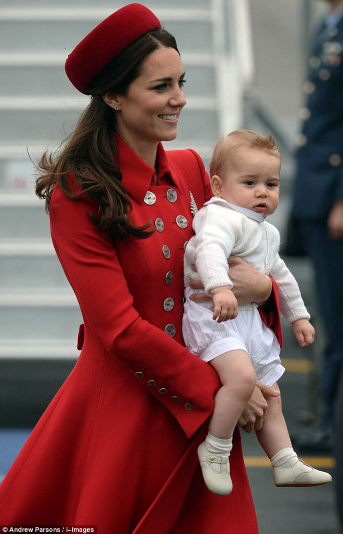 Đây cũng là chuyến đi xa đầu tiên của hoàng tử bé 8 tháng tuổi. Ảnh: i-images