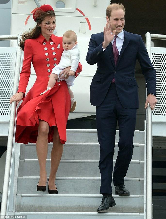 Gia đình hoàng gia Anh hạ cánh an toàn tại New Zealand hôm 7-4. Ảnh: Daily Mail